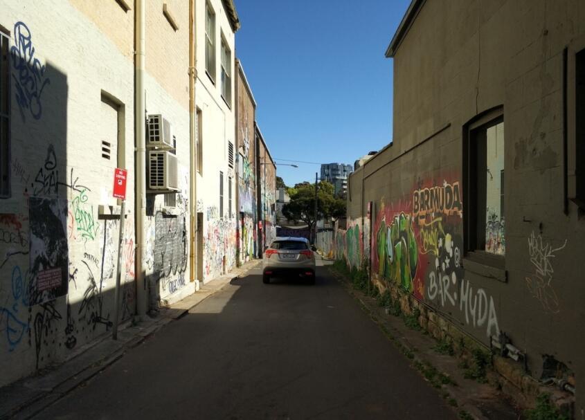 巷子中的手绘涂鸦墙实拍