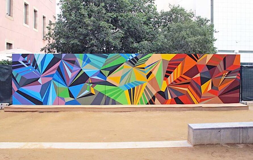广场上的3D几何墙绘